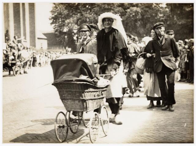 048929 - De Folklorestoet 'Brabant is sijn eugen lant' trekt op 21 juli 1929 door het centrum van Tilburg. Hier trekt de stoet langs de Heikese kerk.