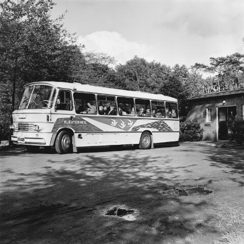 072633 - Bus. Kinderen worden naar Kleuterheil in Goirle gebracht. Na de oorlog kregen kinderen met gezondheidsproblemen hier zorg.