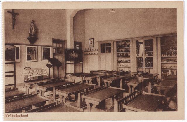 001771 - Oude Dijk, interieur van een klas van de fröbelschool.