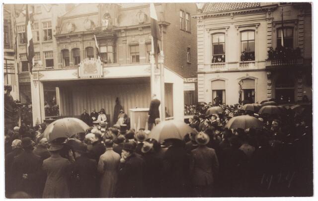 000984 - Koninklijke bezoeken. Het standbeeld van koning Willem II, afkomstig uit Den Haag, werd in 1924 verplaatst naar de Heuvel in Tilburg, waar het op 26 september 1924 onthuld werd door koningin Wilhelmina. Op de achtergrond de zuidzijde van de Heuvel.