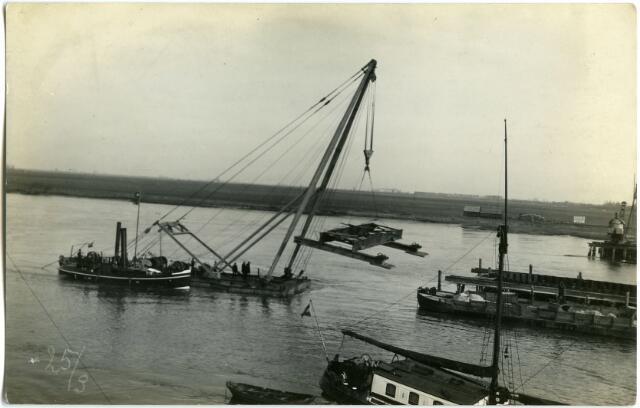604827 - Aanleg van de brug bij Keizersveer; de brug werd gebouwd op de werf van Penn en Bauduin in Dordrecht. Het transport werd voor 1 miljoen gulden verzekerd bij Lloyds. De verantwoordelijkheid was in handen van hoofdingenieur W. J. H. Harmsen, van het Bureau voor den bruggenbouw van het departement van Waterstaat. Twee zou de brug nog worden verwoest door oorlogshandelingen, een keer in 1940 en daarna nog een keer in 1944.