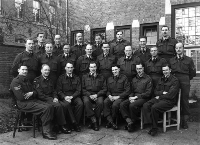1709_0048 - Collega's van Harry Franken (niet op foto) in zijn tijd als tolk bij de RAF 1944-45. Familie Franken-Donders