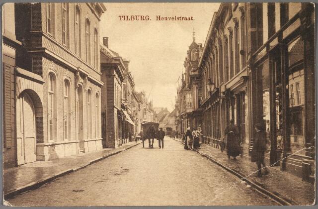 011159 - Heuvelstraat tussen Oude Markt en Willem II-straat, richting Heuvel. Links met poort, de woning van wolhandelaar Wouters, thans Heuvelpoort. Rechts de porceleinwinkel van de gezusters Donders.