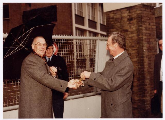 039133 - Volt. Zuid. Gebouwen. Sleuteloverdracht van complex Zuid op 15 februari 1980. De heer A. Hoevenaars, directeur van Volt,   overhandigt de sleutels aan de heer Penners (rechts) die de nieuwe eigenaar vertegenwoordigde. In het midden de heer van de Velde van de afdeling bewaking van Volt.