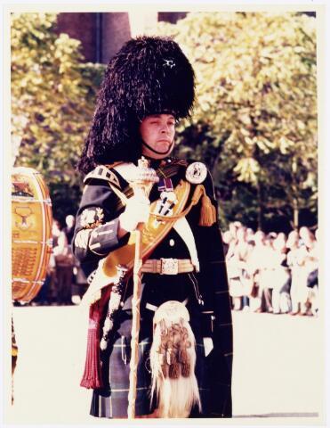 043336 - Op het Paleisplein vonden op 27 oktober 1984 festiviteiten plaats rond de viering 'Tilburg 40 jaar bevrijd'. Hier een optreden van het Schotse pipercorps The Gordon Highlanders.