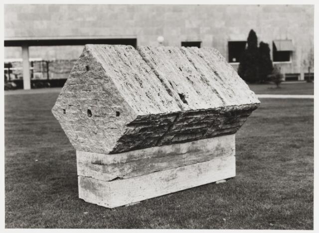 """068181 - FRANS BROERS, """"HOMMAGE AAN DE JOB"""". Lokatie: Katholieke Hogeschool, later: Universiteit van Tilburg   Kunst,  openbare ruimte"""