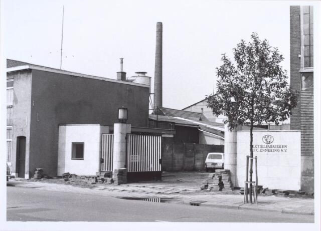 019439 - Textielindustrie. Poort van wollenstoffenfabriek H.F.C. Enneking aan de Goirkestraat, met links het portiershuisje. De silo en loods links behoorden bij houthandel Appels