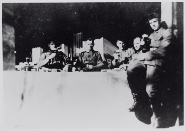 045635 - WO2 ; WOII ; Tweede Wereldoorlog. Duitse soldaten op het terras van café D. Rutten (Boschlust) aan de Tilburgseweg.