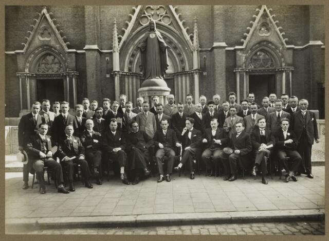 068555 - Leden van studie-  en debatingclub 'Lumen et Veritas' voor de St.-Jozefkerk op de Heuvel in de dertiger jaren van de twintigste eeuw