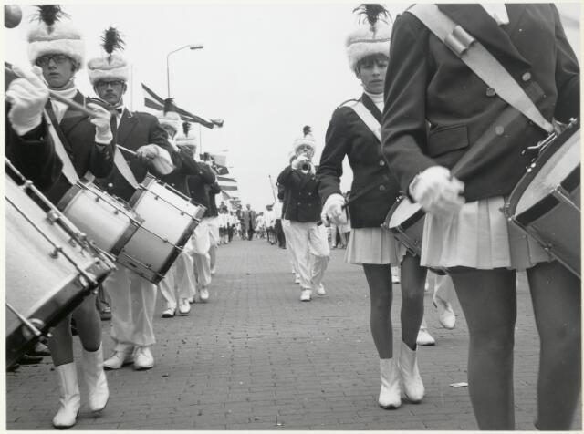 91678 - Made en Drimmelen.  Tijdens de officiële opening van Jachthaven De Biesbosch loopt er ook een drumband mee in de parade.