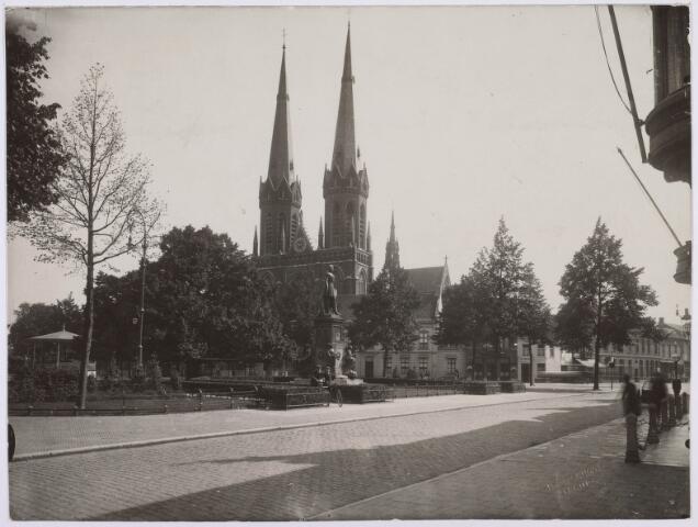 021435 - Heuvel in 1928. Het standbeeld van Willem II was vier jaar eerder op het plein geplaatst