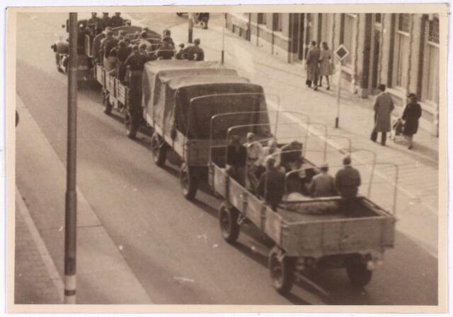 013186 - WO2 ; WOII ; Tweede Wereldoorlog. Terugtocht. Vluchtende Duitsers op de Bredaseweg. Vanwege gebrek aan brandstof worden meerdere aanhangers achter één auto geplaatst