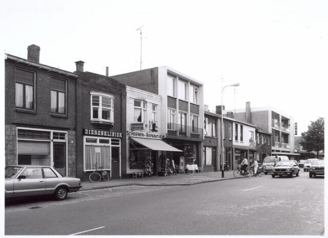 016677 - Broekhovenseweg met een dierenkliniek, schoenhandel Van Rijen, bloemenhandel De Chateau en op de hoek met de Radiostraat de Rabobank