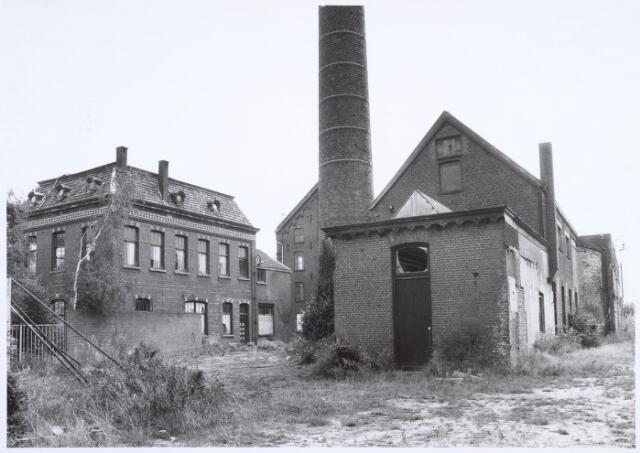 019270 - Gebouwen behorende tot het complex van de voormalige wollenstoffenfabriek C. Mommers. Het vierkante gebouw links was het kantoor