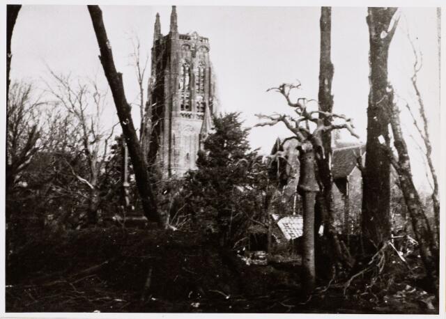 065226 - De R.K. kerk St. Willibrordus in Alphen is gebouwd tussen 1559-1560; nadat deze eerst in handen van de protestanten was is ze later overgegaan in katholieke handen; er zijn regelmatig herstellingen gedaan in de periode 1885-1910; de boven romp van de toren is verwoest op 3 oktober 1944 en het duurde tot 1968 voordat de toren weer geheel hersteld was; na val V-1 op het kerkhof in april 1945