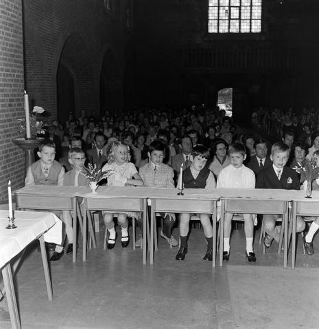 1237_012_983-3_007 - Religie. Kerk. Communicanten. De eerste Heilige Communie in de Maria Boodschap kerk in Goirle in mei 1971.