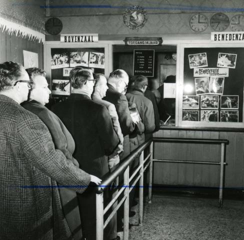 654443 - Rij wachtenden voor de kassa van de bioscoop. (Toegang 14 jaar)
