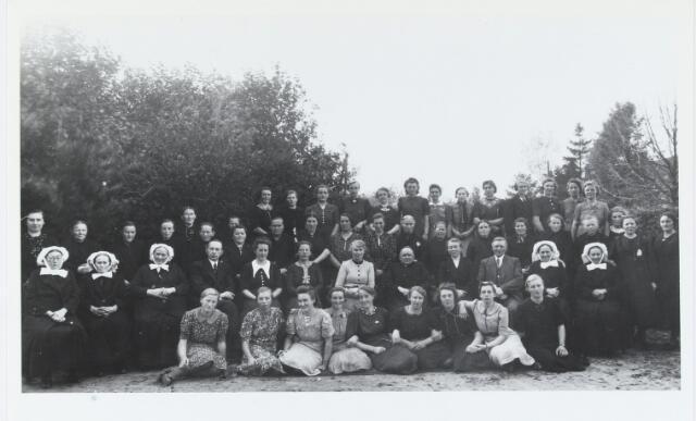 055246 -  Boerinnenbond Biest-Houtakker in 1935. Op de eerste rij van links naar rechts: R. van Strijdhoven -Stads. C van Dijck-van de Ven, A. van Rijn-Hesselmans, D. Derksen, M. de Bresser-Hesselmans, C. Schuurmans-van de Sande, J. Schoonis-Kuijpers, M. Boers-van Gestel en M. Boers. Tweede rij: A. v.d. Biggelaar, M. van de Wouw-Bouwens, C. Verhoeven-van Hamond, J. Brekelmans, C. Beerthuizen- Brekelmans, C. v.d. Meijdenberg- van Gestel, juffrouw Ariëns, pastoor Van Hoof, P. Wijten-van Gestel, J. Wijten, A. v. Gestel-Verhoeven en Fr. van de Sande-v.d.Biggelaar. Derde rij: B. Wijten- Vermulst, M. van Oort-Wijten, A. van Dijck- Kouwenberg, A. van Oort- Harbers, H. Wolfs- van Oort, F. Kuijpers, B. Jansen-van de Wouw,C. Bruurs, C. de Graaf-Kwinten,Fr. Vriens-Kemps, Tr.Barten-Kwaaijtaal, A. v.d. Berg-v.d Bruggen,A. Abrahams-Bruurs, J. van Dijck-Wijten, M. v.d.Bigelaar-Kouwenberg, M. Wolfs-van de Wouw,J. Wijten-van Oort, M. Roozen-van Oort, H. Denissen-de Kort, A. v.d. Hurk, C. van Erp-Vriens. Vierde rij: A. v.d. Pas- van Hest, A. Corstiaans-Hendriks, A. Smeekens-de Graaf, A. Bleis-Boers, M.Reijnen-Kuijpers, E. Barten-van Nunen, A. van Rijswijk-Derksen, A. Ermens-Kuijpers, A. Verbruggen-van Beurden, M. Vingerhoets-van Oort, J. Schepens- van Aarle, L. v.d. Corput-Verhoeven en H. Dirks-van Oirschot.