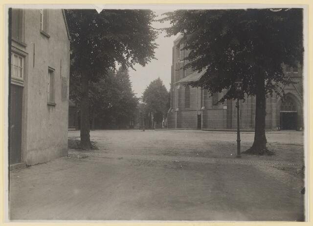 074108 - Het Kerkplein gezien vanaf de Poirtersstraat voor de verbetering van 1926.