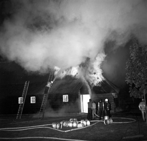 D-00839_7 - Uitslaande brand. Tiendschuur. Bluswerkzaamheden.