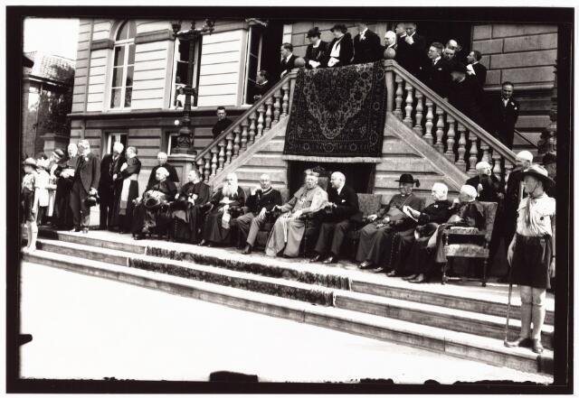 008964 - Autoriteiten bij Katholiekendag te Tilburg. 2e van rechts deken J.F. Sanders parochie Noordhoek. Voor het stadhuis aan de Oude Markt.