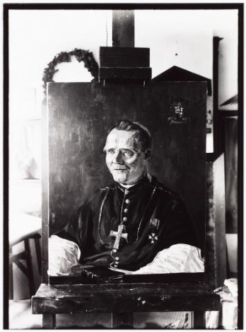 """008373 - Schilderij. Portret uit 1935 van mgr. VERRIET door Henri Sicking (1889-1961). Petrus Innocentius Verriet werd geboren in Venray, Limburg, en overleed in 1948 op Aruba. Hij volgde zijn eerste studies bij de paters Franciscanen en stapte later over naar de Dominicanen. Als gewone pastoor en later als bisschop voerde hij vele sociale hervormingen door op Curaçao, Bonaire en ook Aruba. De naar hem genoemde """"Fundashon Verriet"""" biedt woonvoorzieningen, dagactiviteiten en logeermogelijkheden aan circa 500 mensen met een lichamelijke en/of verstandelijke handicap."""