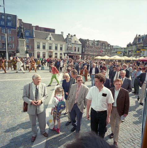 D-00545 - Heuvelplein - op de achtergrond een drumband/theatergroep