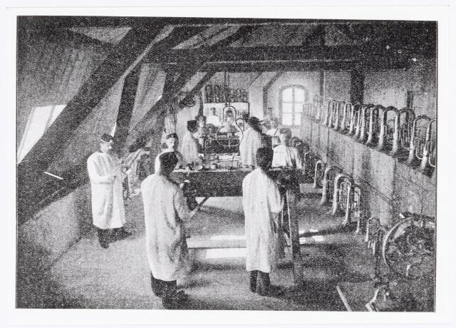 038331 - Interieur van de M.J.H. Kessels, Koninklijke Nederlandsche Fabriek van Muziekinstrumenten, werkplaats voor het polijsten van de koperen blaasinstrumenten