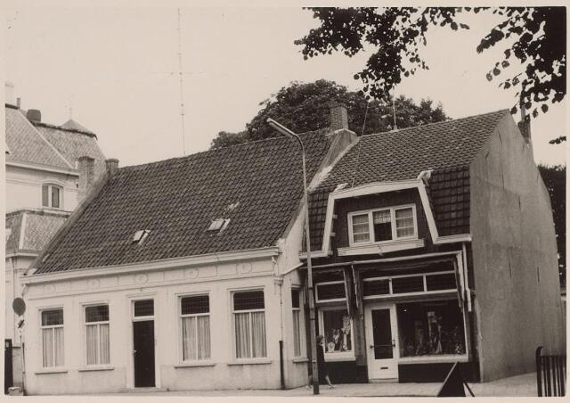 025877 - Panden Lieve Vrouweplein 11 (links) en 12 (rechts) anno 1962