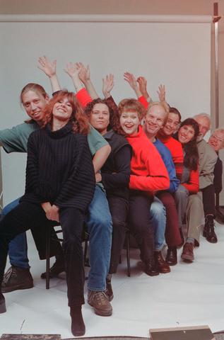 1237_001_042_002 - Groepsfoto van medewerkers van Bureau Halt in 2000. Dit is een organisatie die de criminaliteit onder jongeren aanpakt.