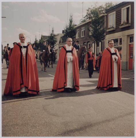 044775 - Het einde van de St. Jansstoet op de Tilburgseweg. Op de voorgrond van links naar rechts pastoor G. van Riel (St. Jan),  deken F.L. van Oort en pastoor G. Hexspoor (H. Geest)