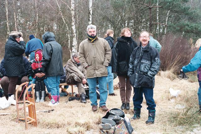 1237_010_756_028 - Winter. Schaatsen. IJspret bij natuurijsbaan de Flaes in de bossen van landgoed De Utrecht bij Esbeek. Aan de rand van het ven worden de schaatsen ondergebonden.