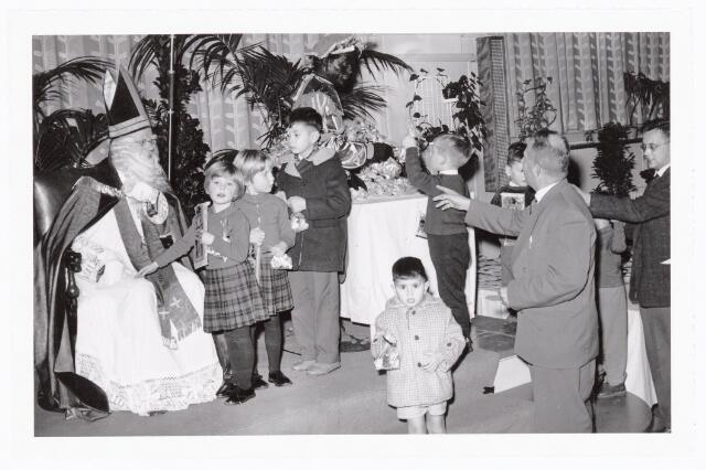 038845 - Volt. Zuid. Ontspanning. Sint Nicolaasfeest in 1960. De kinderen geven de Sint een hand om hem te bedanken. Uiterst rechts Bert Schreuder van de Ontwerpgroep Condensatoren. Sinterklaas. St. Nicolaas