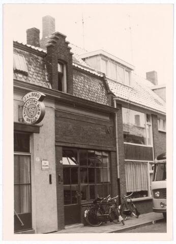 017046 - Pand Capucijnenstraat 19 anno 1972. Links het café van J. v.d. Berg