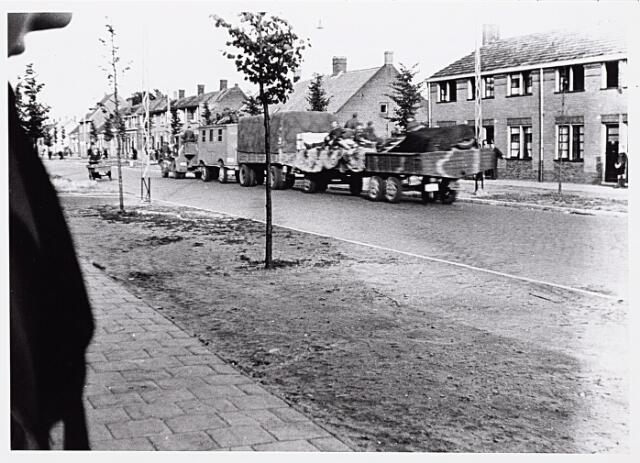 013205 - WO2 ; WOII ; Tweede Wereldoorlog. Terugtocht. Een Duitse colonne zoekt op Dolle Dinsdag een veilig heenkomen. Hier rijdt een ' trein'  op de Bosscheweg. De soldaten houden de wapens in de aanslag en schieten twee vrouwen dood