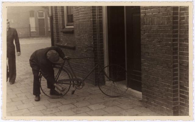 013993 - WO2 ; WOII ; Tweede Wereldoorlog. Distributie. Op het einde van de oorlog waren zelfs fietsen zonder banden niet meer veilig voor de Duitsers