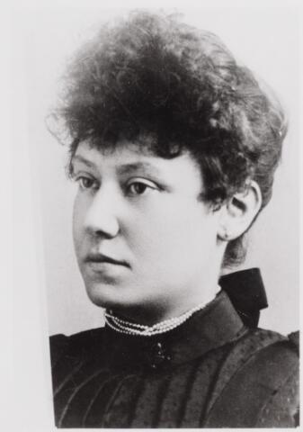 045895 - Agatha Catharina Antonia Pluym, geboren te Rotterdam op 6 juni 1865 en overleden te Hilversum op 10 maart 1944. Zij trouwde te Rotterdam op 10 mei 1892 met de Goirlese textielfabrikant Petrus Maria van Besouw.