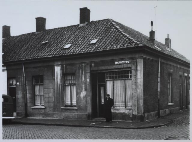 024096 - Pand Anna Pauwlonastraat 29, op de hoek met de Oranjestraat. Het pand was in gebruik als logement.