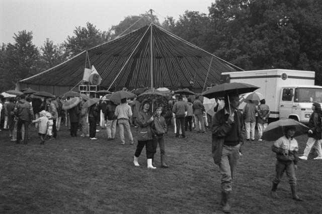 """TLB023002409_005 - Bezoekers van het verregende """"Leipparkfestival"""". Van de 40.000 verwachte bezoekers kwamen er slechts 10.000 opdagen."""