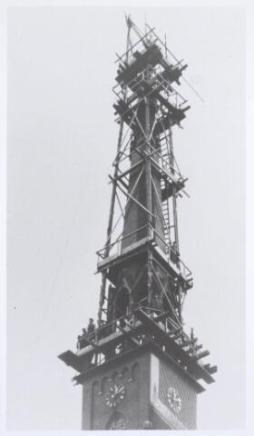 019578 - Werkzaamheden aan de toren van de Goirkese kerk omstreeks 1930. Het godshuis werd gebouwd tussen 1835 en 1839 in neo-gotische stijl naar een ontwerp van architect H. Essens uit Oirschot