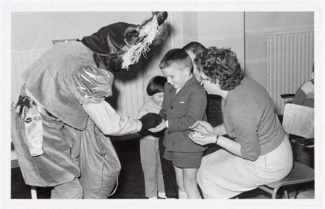 038736 - Volt. Oosterhout. Sint Nicolaasviering voor de kinderen van het personeel in 1959. Fabricage- of productie vond in Oosterhout plaats van april 1951 t/m 1967. Sinterklaas. St. Nicolaas