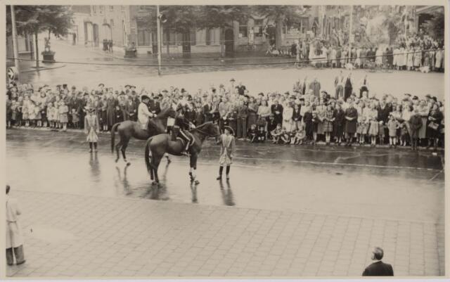 049011 - Festiviteiten te Tilburg b.g.v. het 50-jarig regeringsjubilé van Koningin Wilhelmina op 6 september 1948. Aankomst van koning Willem II bij de 'Vier Winden' aan de Bredaseweg ter hoogte van het oud Belgisch lijntje.  Verslag over deze festiviteiten met optocht staat in het Nieuwsblad van dinsdag 7 september 1948. Willem II trekt over het Willemsplein.