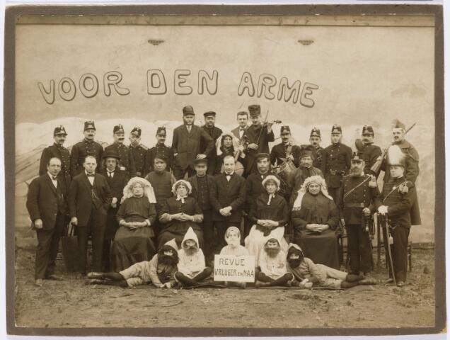 """103998 - Toneel. Revue """"Vruuger en Naa"""". staande in het midden journalist Willem van Mook (1893-1982) enkele mannen zijn als vrouw verkleed. (Zie foto 103997) Toneelgroep/harmonie korvel. Zij speelden """"voor den arme"""""""
