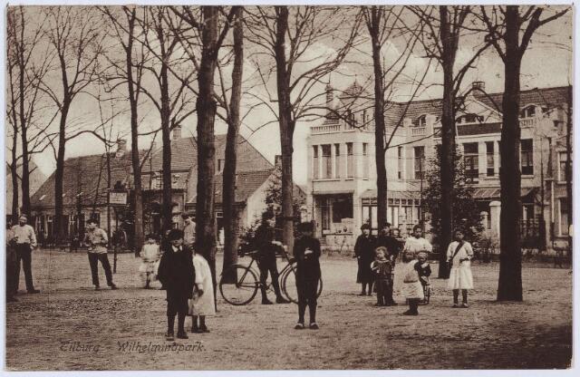 002785 - Elisabethziekenhuis. Zuidoostzijde van het Wilhelminapark. Rechts de Coöperatieve Tilburgsche Melkinrichting en Zuivelfabriek (C.T.M.). Links daarvan twee panden onder een dak, bekend als K500 en K501, vanaf 1910 Wilhelminapark 64 (rechts) en 65 (links). Rond 1900 werden ze bewoond door wever J.N. Remmers en meesterknecht P. van Hest. Later is het pand van Van Hest in gebruik als magazijn van de C.T.M., dat van Remmers als bergplaats. Beide huizen worden gesloopt in 1946. Vervolgens een huis met Franse kap, K499, vanaf 1910 Wilhelminapark 66. Rond 1900 woonde er herbergier Jan Baptist Remmers en zijn vrouw Maria Catharina Mommers. Zij verlieten de herberg in 1908, waarna hun zoon Adrianus Johannes Remmers de zaak dreef. Vanaf december 1915 was schoonzoon Antonius J.M. de Leeuw er herbergier. Hij was op 2 augustus 1911 getrouwd met Maria Th.J. Remmers. Zij verlieten het pand in 1936. De volgende herbergiers waren Johannes Verheij, Adrianus P.N. van Gestel en Walterus van Geloven. Naast de herberg van De Leeuw de panden Wilhelminapark 67-68, in de negentiende eeuw was hier het eerste 'gasthuis' (ziekenhuis) van Tilburg gehuisvest (1827-1838)