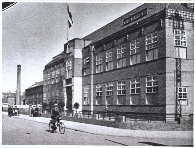 027089 - Bij de opening van de nieuwe Textielschool aan de Lange Schijfstraat. Uit: Ons Zuiden 5, 11 oktober 1930, pag. 455.
