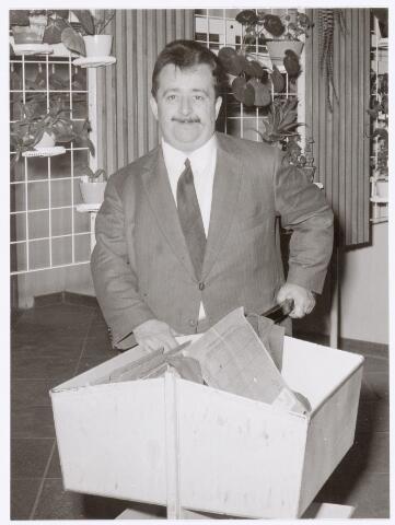"""039423 - Volt, Zuid. Hulpafdelingen, Administratie. Een van de meest bekende personen bij Volt was Ferry Fievez. Vanaf mei 1945 tot augustus 1986 heeft hij de interne post verzorgd. Hij kende iedereen en maakte soms rake opmerkingen. Zijn hartgrondige hekel aan z.g.n. """"witjassen"""" ( afd. Chefs ) liet hij vaak blijken door er snedige opmerkingen over te maken.  De overgang van complex Zuid naar Noord was voor hem niet gemakkelijk, doch hier sloeg hij zich goed doorheen. De foto is gemaakt in de hal van het hoofdkantoor aan de Groenstraat."""