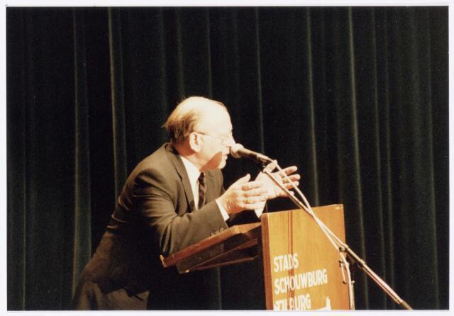 043399 - Op 27 oktober 1984 werden allerlei festiviteiten en herdenkingen gehouden b.g.v. 'Tilburg 40 jaar bevrijd'. Hier een bijeenkomst in de Studiozaal van de Schouwburg.