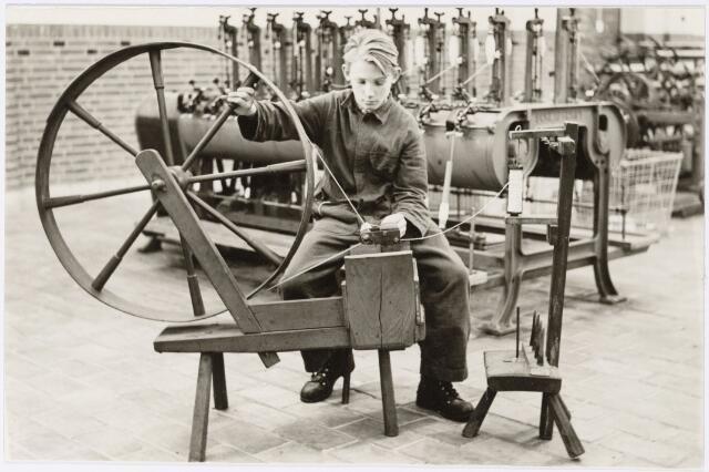 051765 - Lager  Voortgezet Onderwijs. R.K. Lagere Textielschool. Spoelgetouw en spoelmachine.