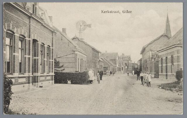 057873 - Gilze. Het eerste huis links werd in 1907 gebouwd voor de weduwe J.B. Rubbens en kinderen met een looierij erachter. Vervolgens het woonhuis van Hoevenaars- De Hoon, de looierij van Hoevenaars- van Dijk en het woonhuis van Ermen. De woningen rechts van A. Lous en het tweede bewoond door W. Kock, bedrijfsleider van de naastgelegen fabriek van Schrauwen (in 1910 gebouwd).