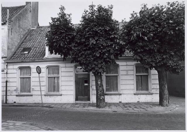019338 - Pand op de hoek Goirkestraat - Wittebollenstraat (links). Rechts van het huis het Vernisstraatje, dat uitkwam op de Ringbaan-Noord